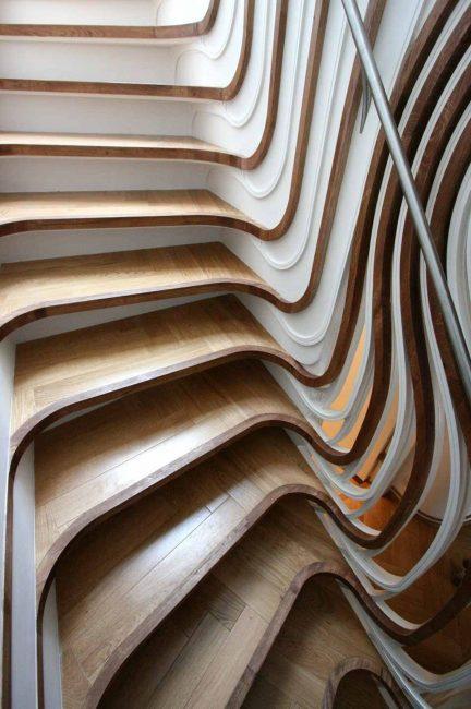 Деревянная лестница с асимметричными маршами