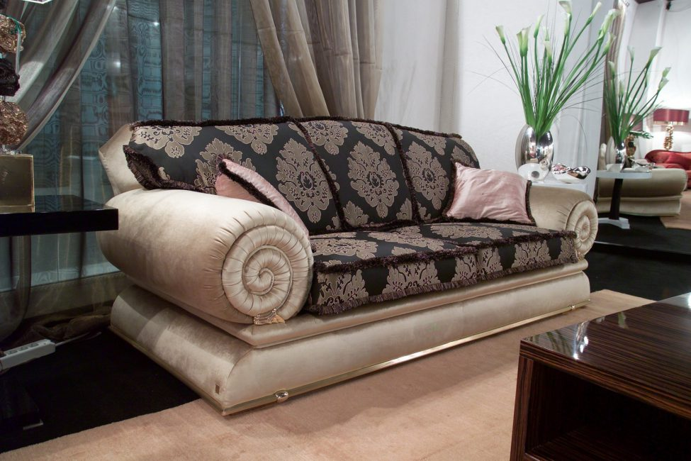 Эффектные подлокотники дивана смотрятся просто шикарно
