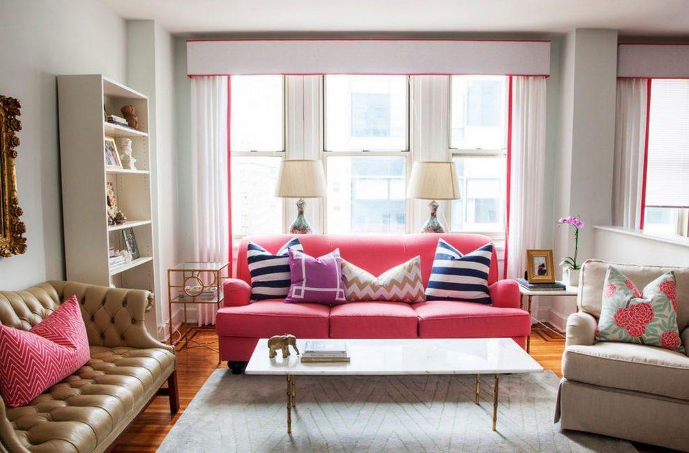 Разбавляем цвет яркими подушками