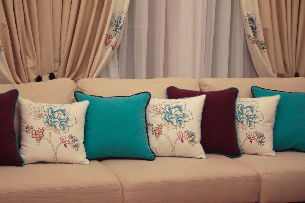 Диван в спокойной расцветке с разбавлением подушек