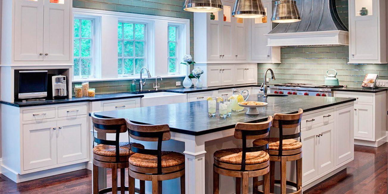 В своем доме больше места, поэтому кухонных зон может быть больше