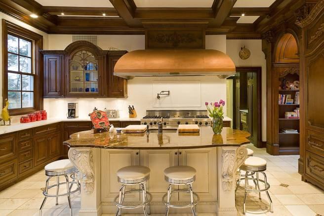 Разнообразная гарнитура у кухни