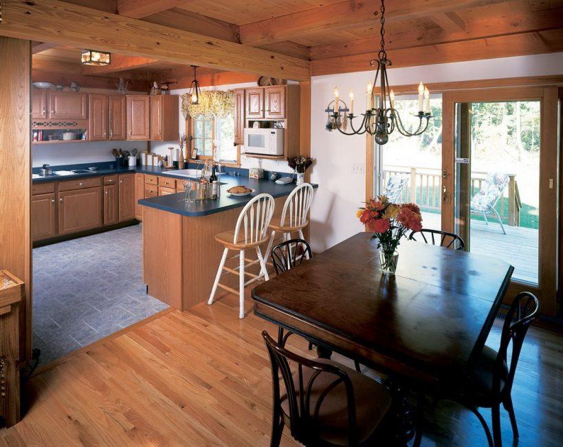 Много места в кухне позволяет сделать 2 обеденных стола
