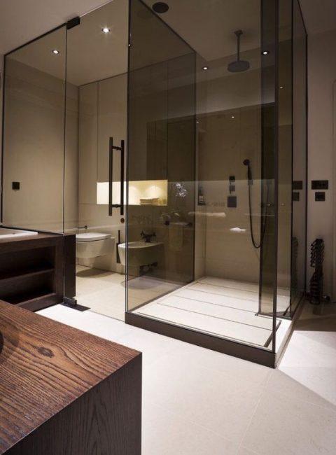 Шикарное сочетания темного стекла со светлой ванной комнатой