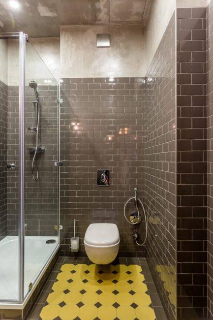 Уютная небольшая ванная в темных тонах