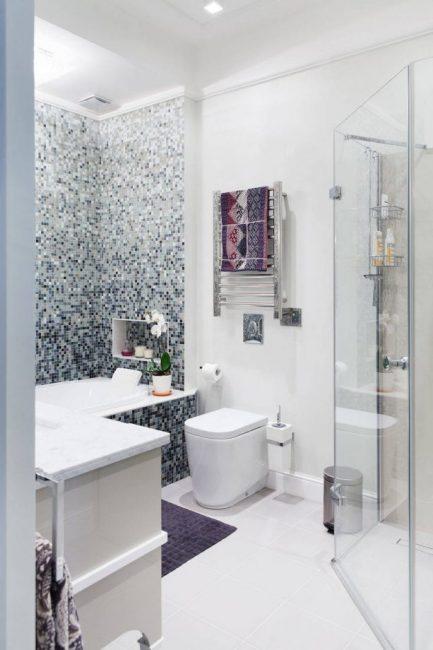 Стеклянное шторка душевой кабинки в нежной ванной в белых тонах