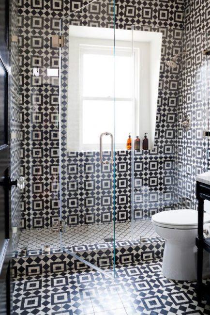 Современная ванная с темно-белым орнаментом из плитки