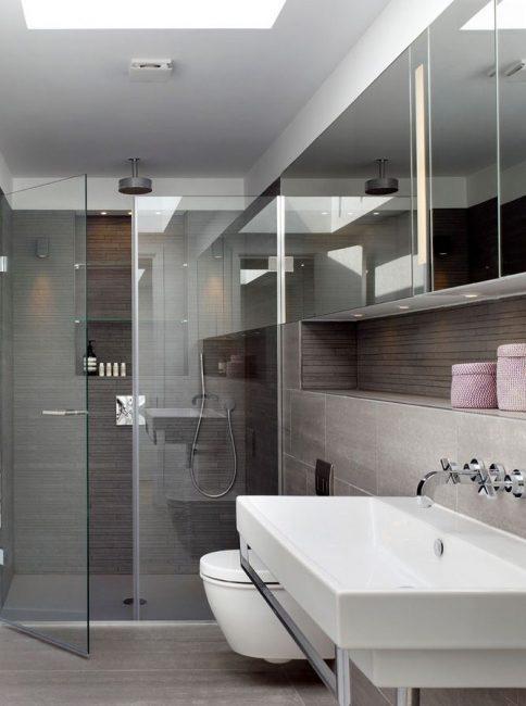 Зеркальные навесные шкафчики как способ зрительно сделать ванную просторнее