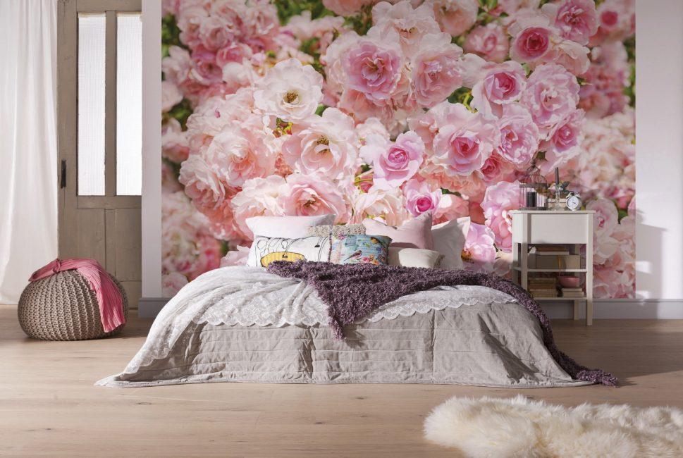 Розы подчеркивают всю эстетику и романтику спальни