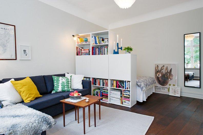 Белоснежный интерьер с ярко-синим диваном