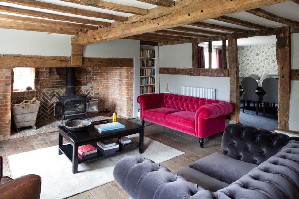 Интерьер гостиной в загородном доме лучше всего выполнять из натуральных материалов или очень качественных имитаций