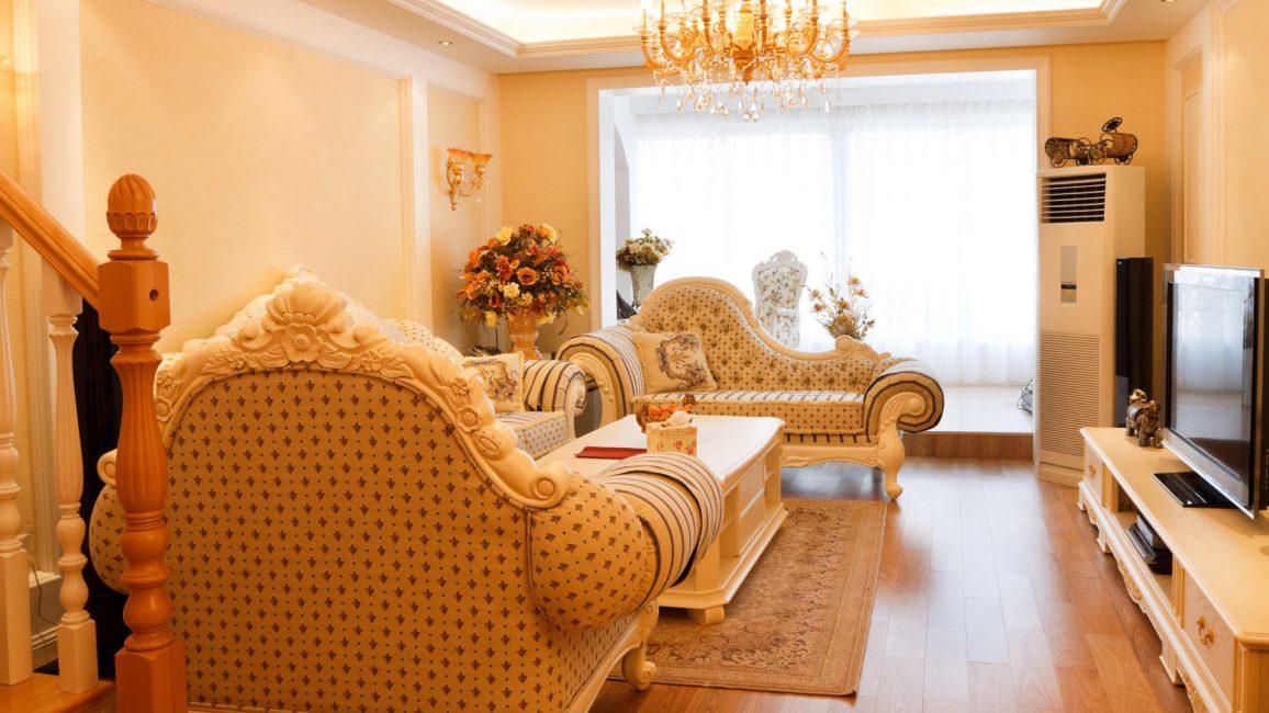 Дизайн большой гостиной может быть дополнен большой люстрой на потолке