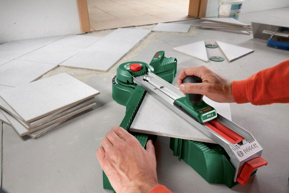 Материал легко обрезать с помощью специального инструмента