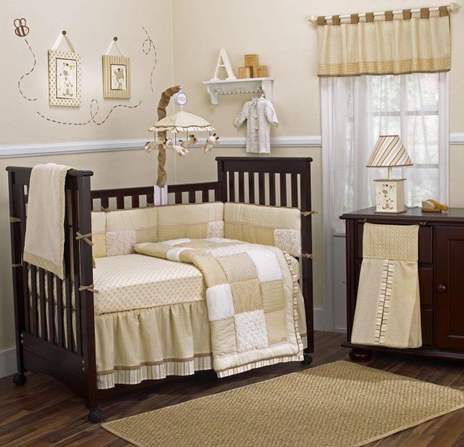 Над кроваткой разместите небольшую карусель с игрушками