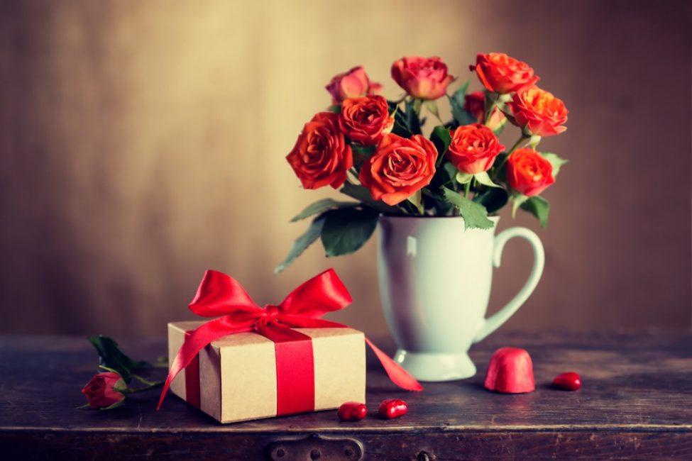 Подарите жене, спрятанный ранее от ее глаз , букет или подарок