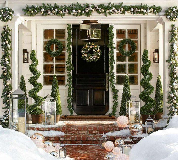 Красивая дверь с новогодним оформлением
