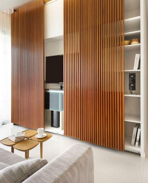 Интересный вариант из деревянными выезжающими шторками