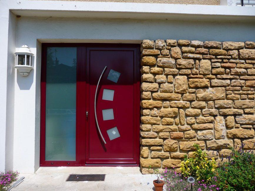 Внешний вид входной двери подчеркивает стиль