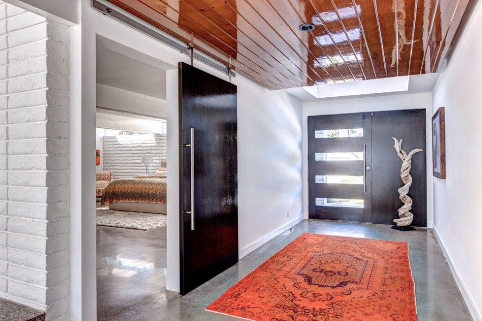 Отделка входной двери со стороны жилого пространства должна отвечать его стилю