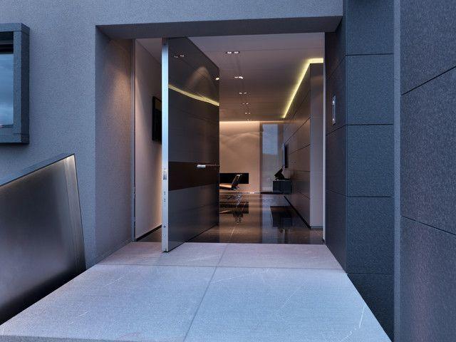 Несоответствие стиля и цвета двери общему интерьерному стилю сразу бросается в глаза