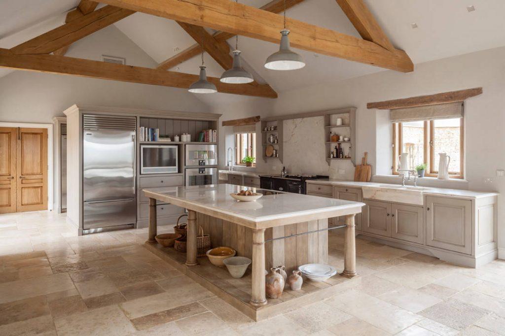 Каменный гранит отлично вписывается в общую картину кухонного уголка