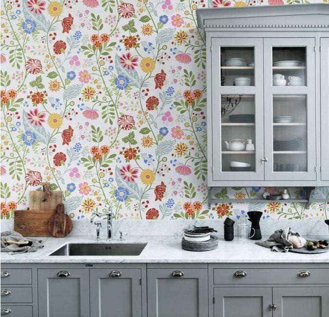 Цветочный принт смотрится красиво даже на кухне