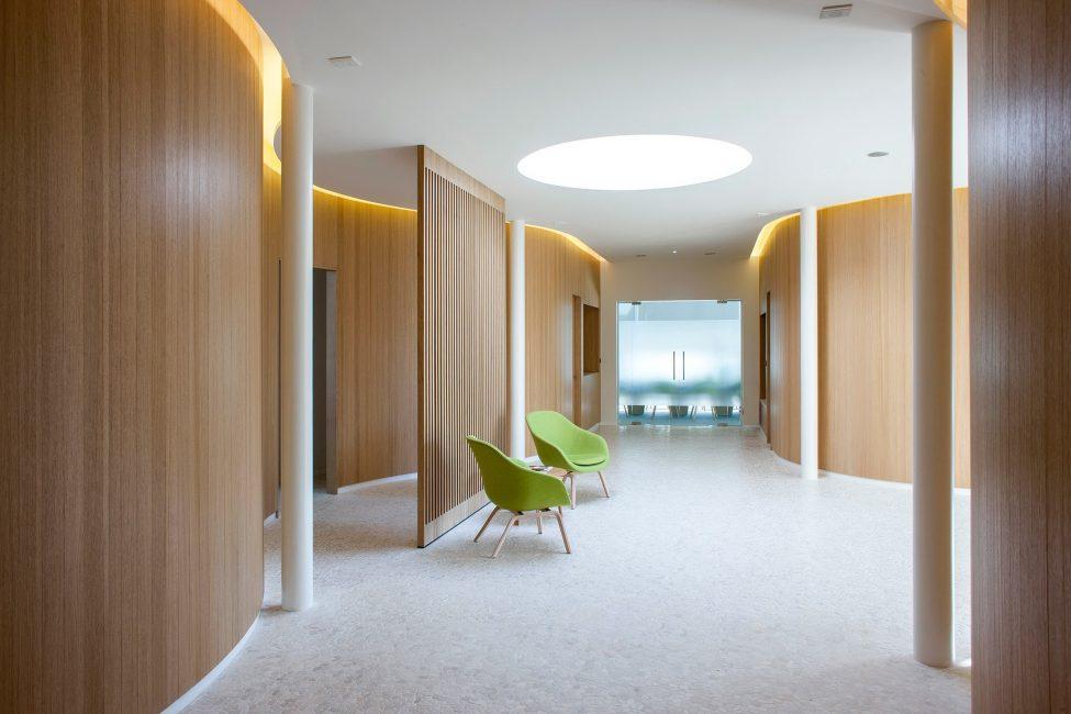 Поперечное расположение панелей подойдет для большой комнаты