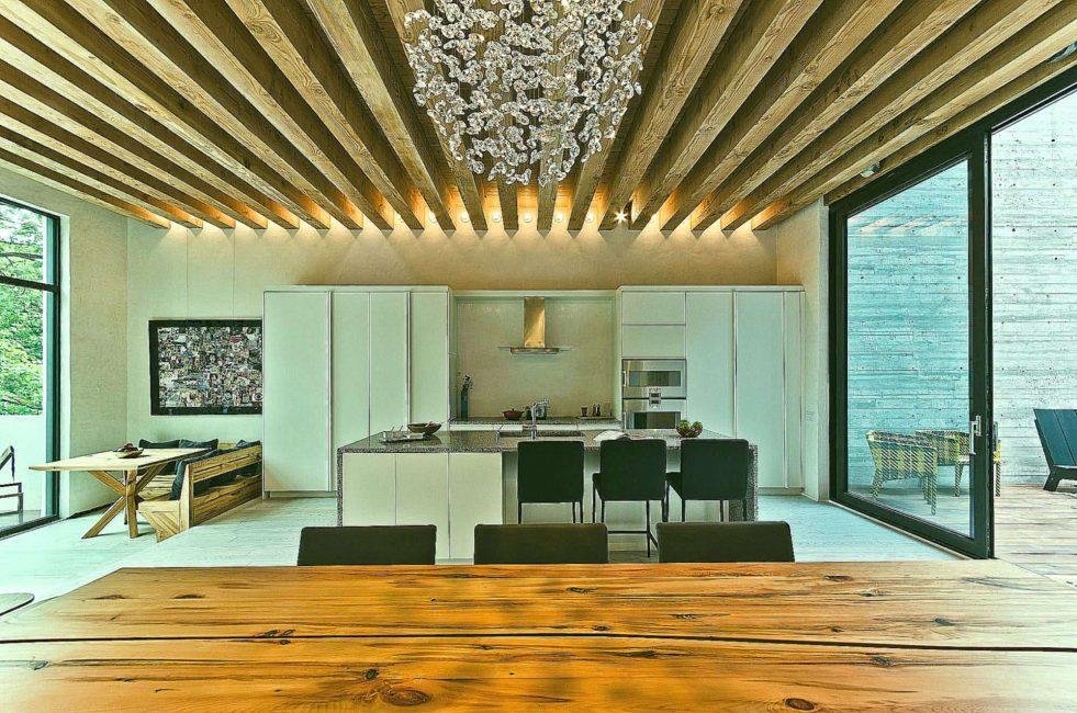 Необычный дизайн потолка с помощью балок