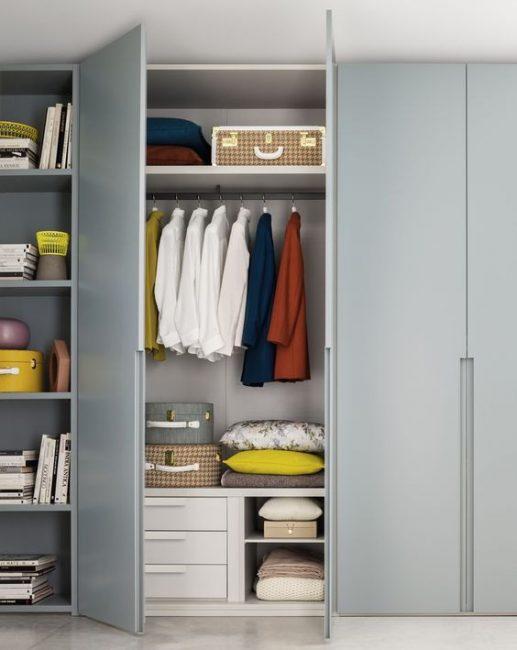 Шкаф может помещать в себе не только вещи, но и все нужное, что нужно спрятать