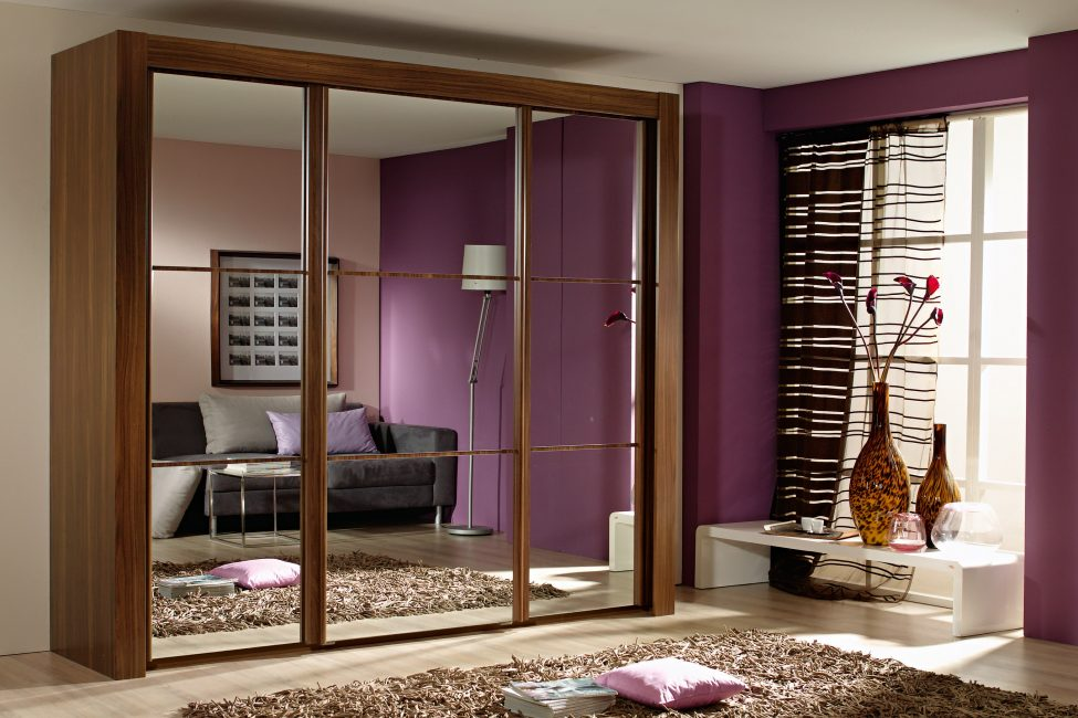 Большой зеркальный шкаф для помещения, где есть много места