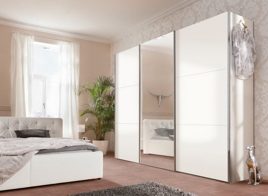 Лучше шкаф сделать светлым, если Вы хотите поставить его в малогабаритную комнату