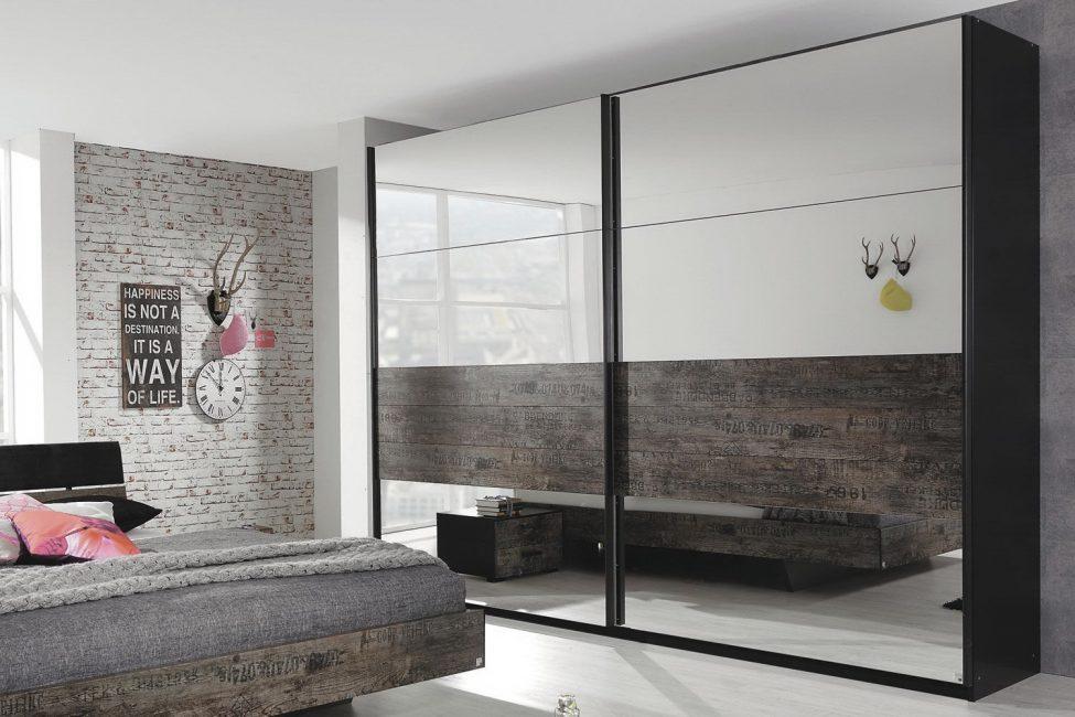 Красивый шкаф, который притягивает взор своим большим зеркальным фасадом