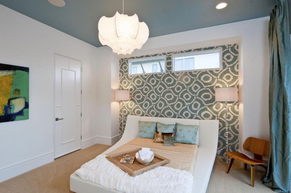Ковровый рисунок на стене возле кровати