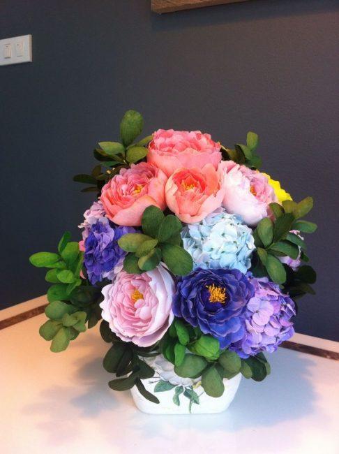 Пышный букет цветов из гофрированной бумаги отличный подарок
