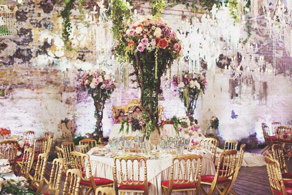 Одним из основополагающих украшений зала во все времена являлись цветы