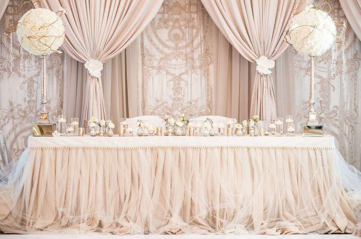Стиль зала напоминает дворцовую роскошь