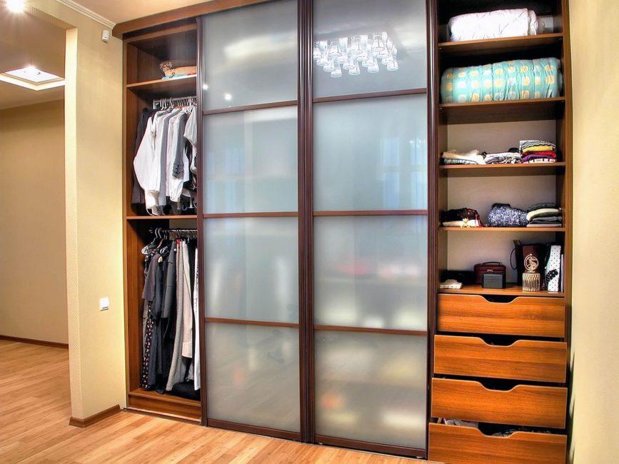 Вместительный шкаф для ваших вещей