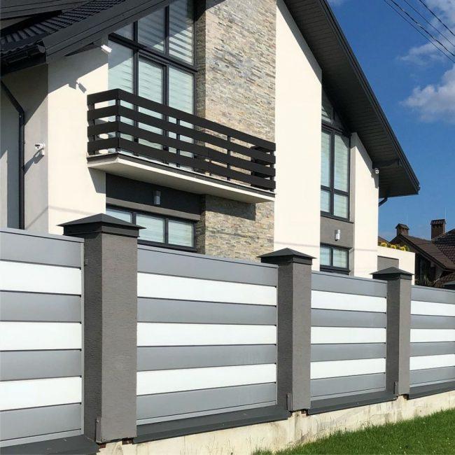 Современный металлический забор всегда смотрится актуально