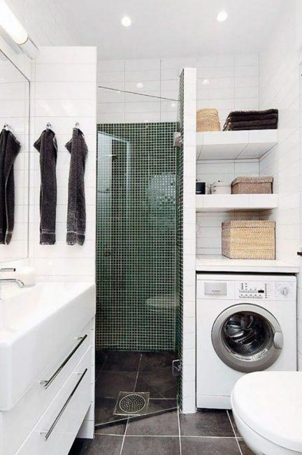 Душевая кабина со стиральной машиной в одном помещении