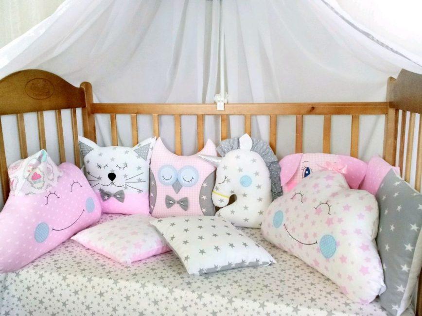 Различные персонажи и расцветки для кроватки малыша