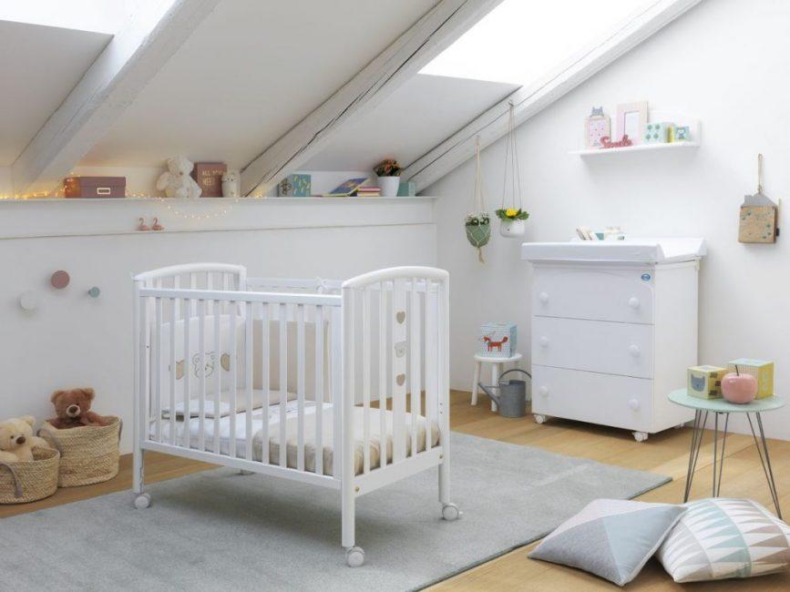 Покрывать кровать можно лаком, который не навредит ребенку