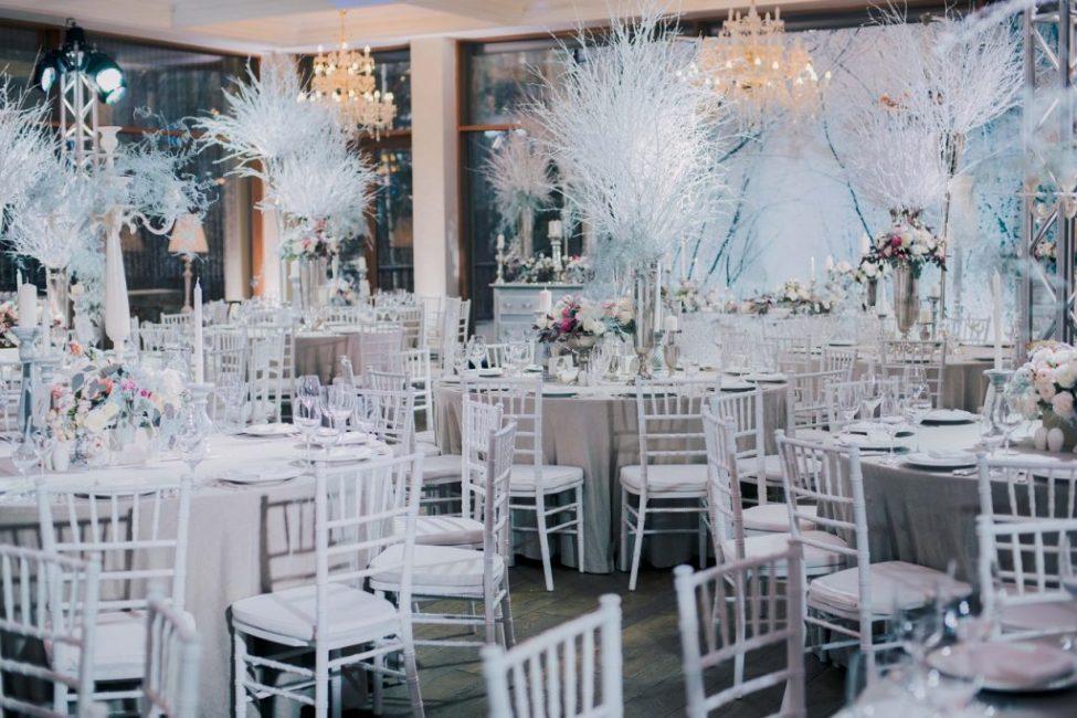 В оформлении зимней свадьбы преобладают белые и холодные оттенки