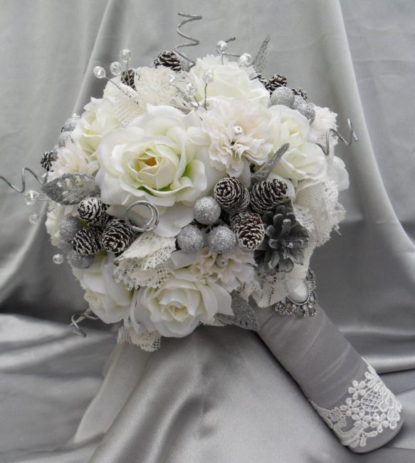 В букете для зимней свадьбы могут быть даже шишки