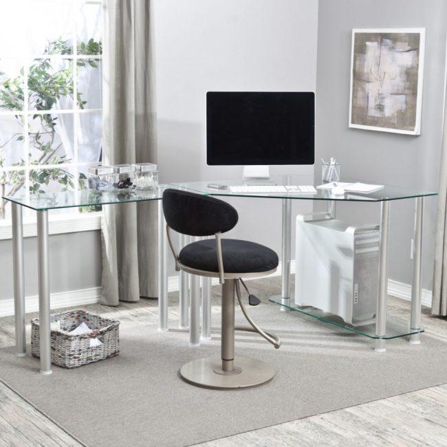 Компьютерный стол с выдвижной полкой для клавиатуры