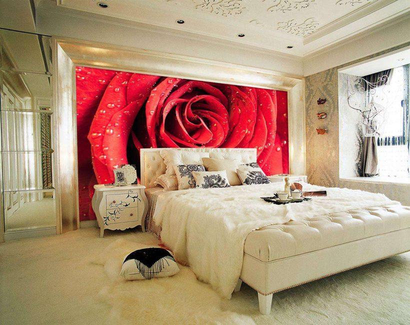Отличное решение оформить цветами стену