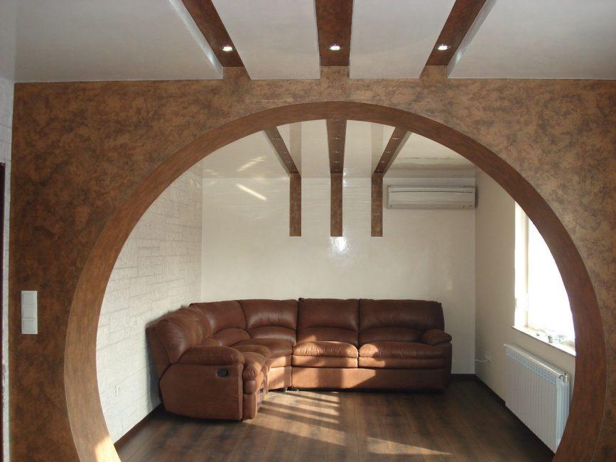 Акцент на арке в гостиной