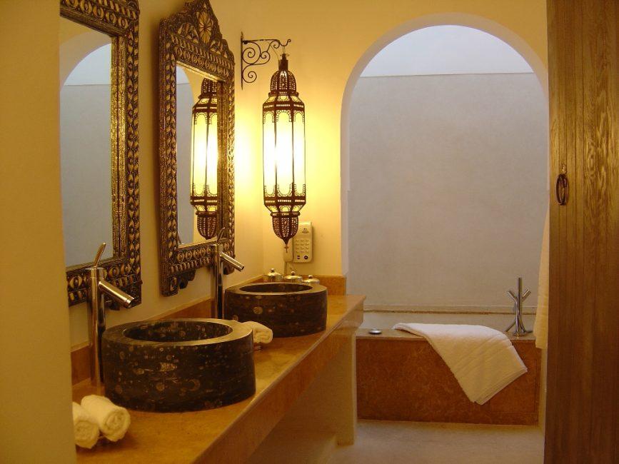 Марокканский стиль в интерьере ванной с аркой