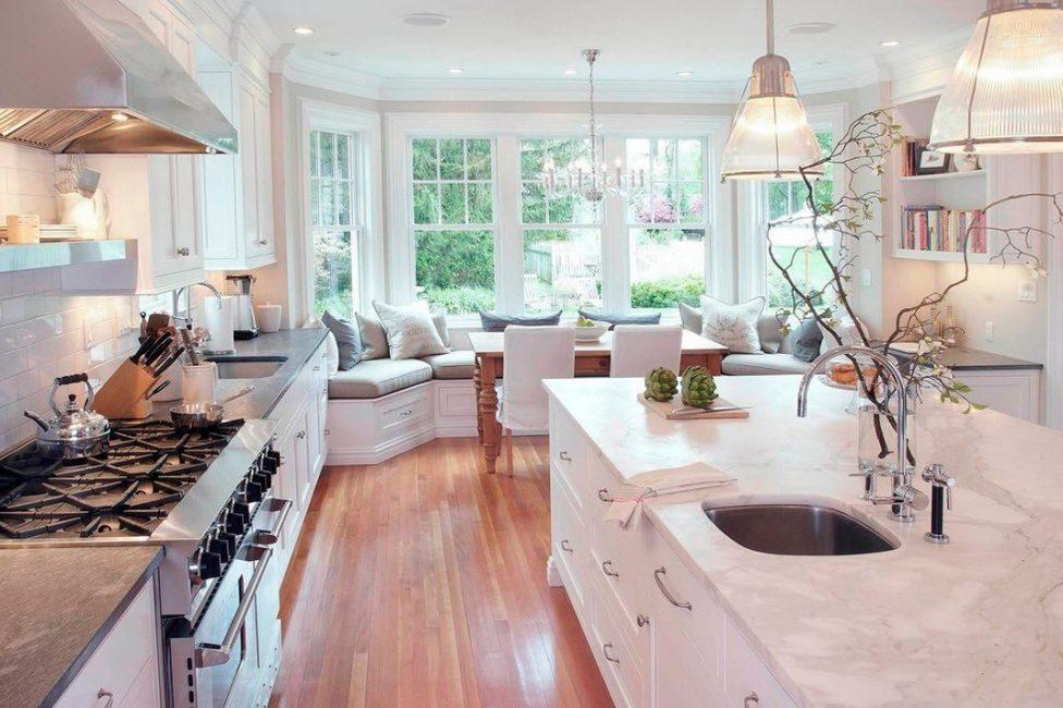 Стол на кухне, место где вся семья собирается за трапезой, подбирается опо вашем предпочтениям