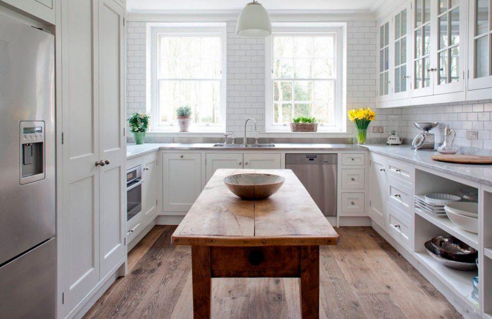 Деревянный массивный стол посреди комнаты - отличный элемент в стиле кантри