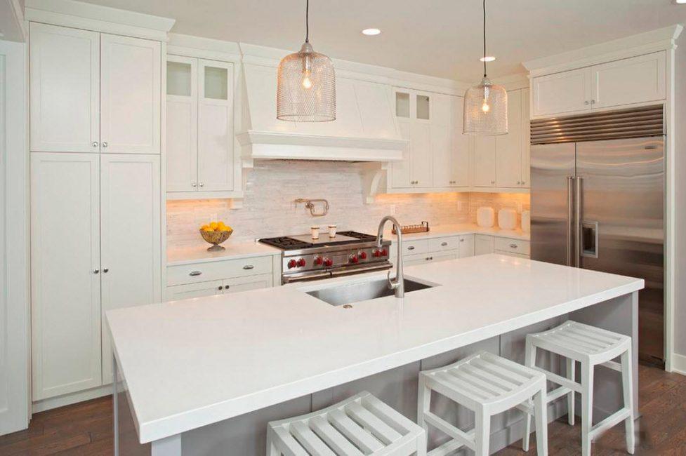 Для небольшой комнаты белая мебель является идеальным вариантом
